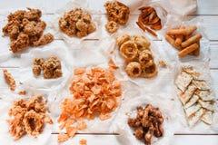Большой ассортимент закусок служил на белой таблице Стоковое Изображение