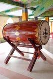 Большой барабанчик в буддийском виске используемом для говорить еду полдня Стоковое Изображение RF