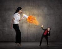 Большой босс выкрикивая к ее работнику с мегафоном на огне Стоковое Фото