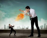 Большой босс выкрикивая к ее работнику с мегафоном на огне Стоковые Фото