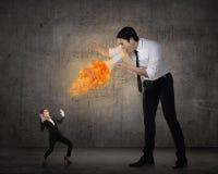 Большой босс выкрикивая к ее работнику с мегафоном на огне Стоковая Фотография RF