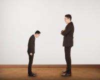 Большой босс делает доминирование к малому человеку стоковое фото