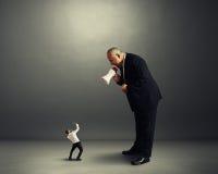 Большой босс кричащий на малом предпринимателе Стоковое Изображение