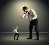 Большой босс кричащий на малом человеке Стоковые Фото