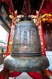 Большой бронзовый колокол на Wong Tai Sin Temple, Гонконге Стоковое фото RF