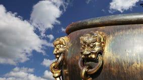 Большой бронзовый шар для того чтобы потушить огонь с статуей дракона изображения китайской в запретном городе фарфор Пекин видеоматериал