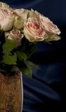 Большой букет роз в вазе Стоковые Фотографии RF