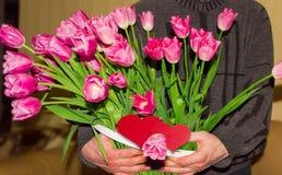 Большой букет тюльпанов и сердец сделанных из красной бумаги Стоковые Фотографии RF