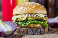большой бургер вкусный Стоковые Изображения RF