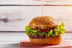 Большой бургер на ручке Стоковая Фотография