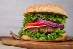 Большой бургер с говядиной Стоковые Фотографии RF