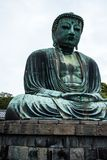 Большой Будда (Daibutsu) на основаниях виска Kotokuin в Камакуре, Японии Стоковые Изображения RF