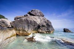 Большой валун на пляже Стоковые Изображения