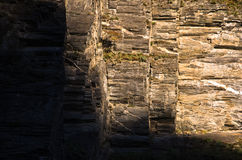 Большой вертикальный и геометрический гранит трясет, отчасти в тени Стоковое фото RF