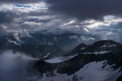 Большой взгляд зеленых холмов накаляя солнечным светом Положение fa Стоковая Фотография RF