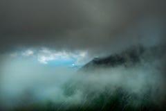 Большой взгляд зеленых холмов накаляя солнечным светом Положение fa Стоковые Фото