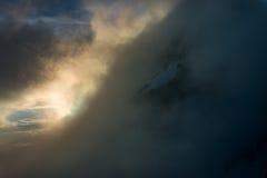 Большой взгляд зеленых холмов накаляя солнечным светом Положение fa Стоковые Изображения RF