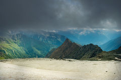 Большой взгляд зеленых холмов накаляя солнечным светом Положение fa Стоковые Изображения