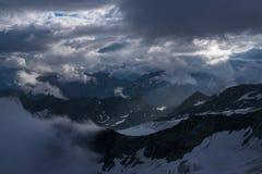 Большой взгляд зеленых холмов накаляя солнечным светом Положение fa Стоковое Изображение RF