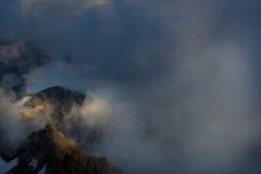 Большой взгляд зеленых холмов накаляя солнечным светом Положение fa Стоковые Фотографии RF