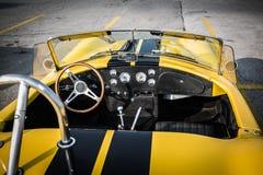 Большой взгляд крупного плана кабины и приборной панели классической ретро винтажной гоночной машины открытой Стоковые Фотографии RF
