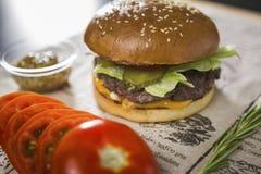 Большой вкусный бургер на таблице Стоковое фото RF