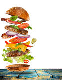 Большой вкусный бургер с ингридиентами летания Стоковое фото RF