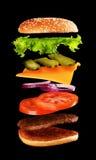 Большой вкусный домашний сделанный бургер с ингридиентами летания стоковая фотография