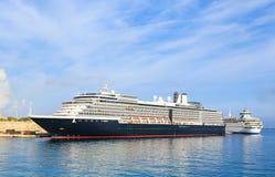 Большой вкладыш пассажирского корабля в порте Родосе, Греции Стоковые Фотографии RF