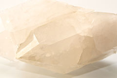 Большой двойной остроконечный ясный кристалл кварца над белизной Стоковые Изображения
