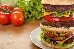 Большой втройне Cheeseburger Стоковые Изображения RF