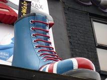 Большой голубой ботинок спорт на уступе стоковые фото