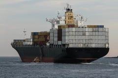 Большой грузовой корабль контейнера на море Стоковые Фотографии RF