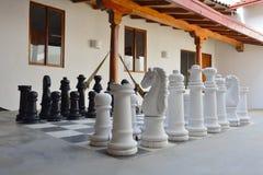 Большой деревянный комплект шахмат как часть охлаждает вне Стоковое фото RF