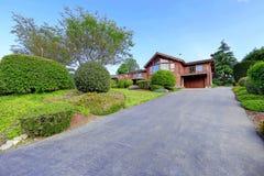Большой деревянный дом отделки с дорожкой и сериями травы Стоковое фото RF