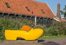 Большой желтый деревянный ботинок в Zaanse Schans Стоковые Изображения RF