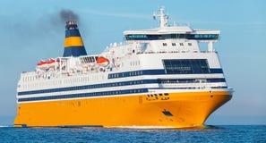 Большой желтый корабль пассажирского парома идет на море Стоковое фото RF