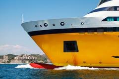 Большой желтый корабль пассажирского парома, часть смычка Стоковая Фотография RF