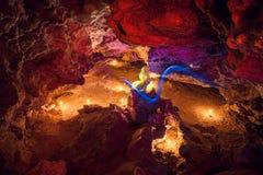 Большой загоренный кристалл светом свечи в пещере Пещера Mlynky, Великобритания Стоковое Изображение RF
