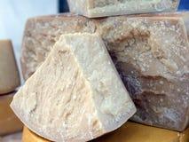 Большой закалённый итальянский сыр для продажи в молокозаводе Стоковые Фотографии RF