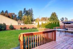 Большой задний двор с сериями травы и палубы Стоковое фото RF