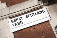 Большой знак улицы Скотланд Ярда; Вестминстер; Лондон Стоковая Фотография