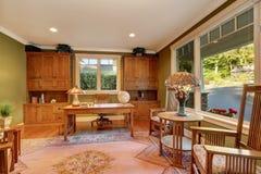Большой интерьер домашнего офиса с стенами зеленой оливки Стоковые Изображения