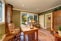 Большой интерьер домашнего офиса с стенами зеленой оливки Стоковые Фотографии RF