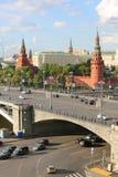 Большой каменный мост, грандиозный дворец Кремля, башни Кремля Стоковые Изображения