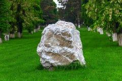 Большой камень от гранита на лужайке Стоковое Фото