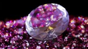 Большой камень драгоценности при много фиолетового малого одного вращая сток-видео