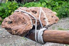 Большой камень связал толстую веревочку к журналу Стоковая Фотография RF