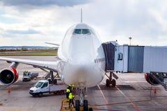 Большой конец-вверх авиалайнера на авиапорте на обслуживании до отклонения стоковая фотография rf