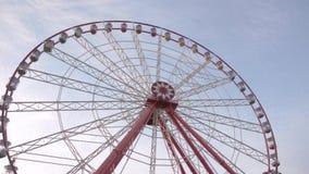 Большой конец колеса ferris вверх на предпосылке облаков цирруса Нижний взгляд сток-видео